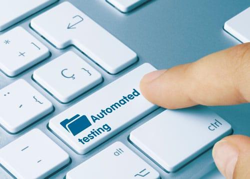 Finger drückt auf Tastatur Taste mit der Aufschrift Automated Testing.