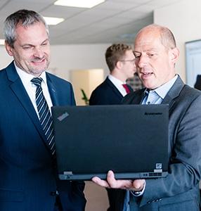 2 Männer schauen in Notebook
