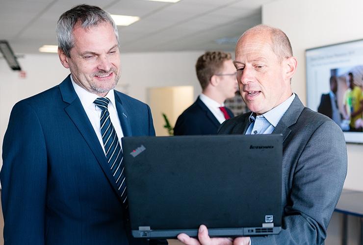 2 Männer schauen in ein Notebook