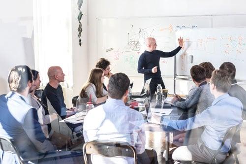 Team, das gemeinsam am Anforderungsmanagement für ein System arbeitet