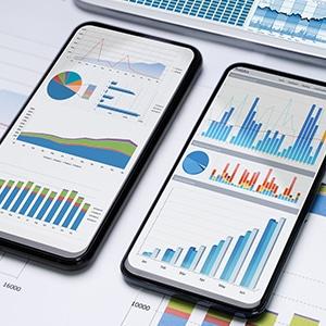 Zwei Handys zeigen Benchmark Statistik