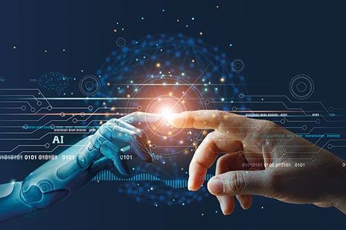 Roboterfinger und Menschenhand berühren sich