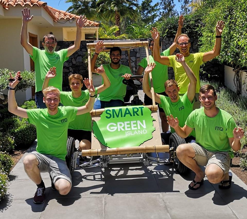 Acht Teilnehmer des Island Projekts Bamboo Solar Car vor dem Auto.
