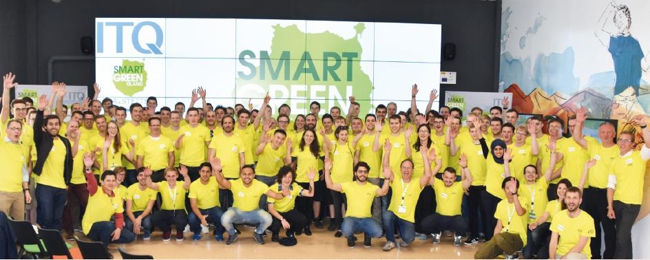 Jubelnde Teilnehmer des Smart Green Island Makeathons 2017.