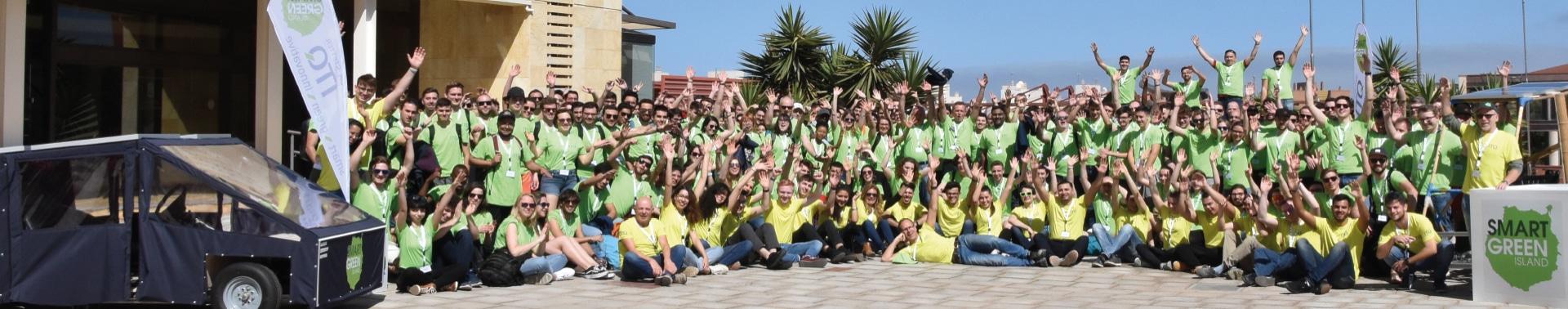 Jubelnde Teilnehmer des Smart Green Island Makeathons 2020.